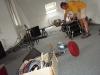 Rolf beim Schlagzeug-Aufbauen